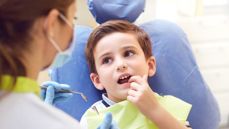 ¿Qué puedo hacer si mi hijo sufre un traumatismo dental?